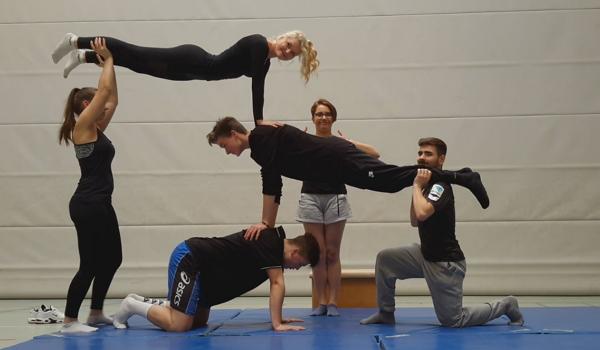 Aus dem Sportunterricht: Akrobatik in der 11C