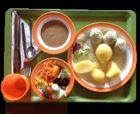 Vegetarische_Klopse_in_leichter_Kapernrahmsauce_dazu_Butterkartoffeln_und_Senfgurken.jpg - 21.02 kB