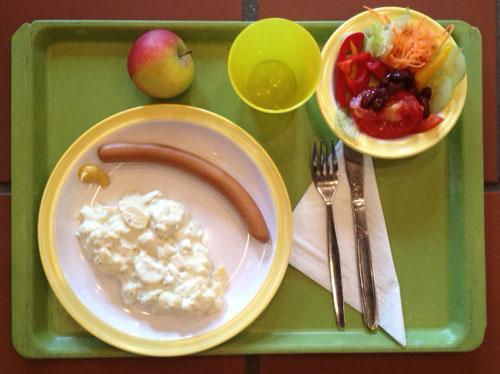 hausgemachter_Kartoffelsalat_mit_Gurke_Ei__und_Zwiebel_Geflügelbockwurst.jpg - 41.75 kB